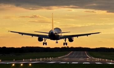 Ein Flugzeug startete in den Sonnenuntergang