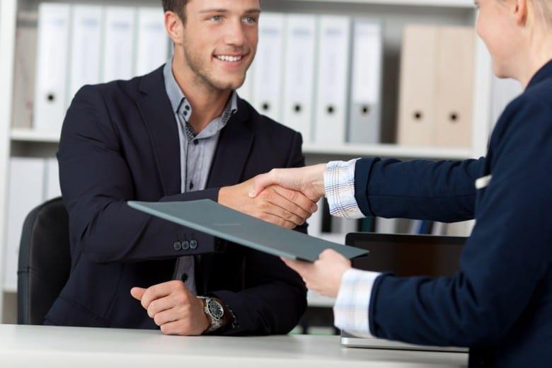 Händeschütteln nach Bewerbungsgespräch