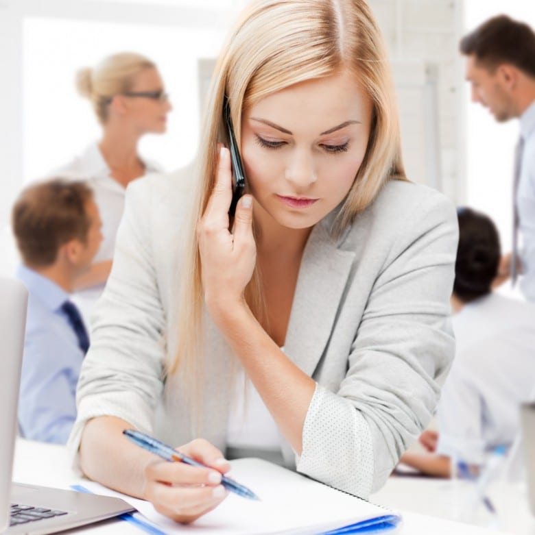Frau am Telefon, Unterlagen auf dem Schreibtisch