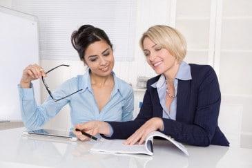 Frauen, Büro, Unterlagen, Tablet Computer
