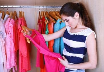 junge Frau, Kleiderschrank, Kleidung, Farben