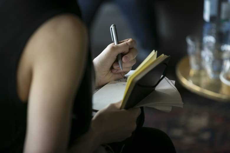 Frau schreibt Protokoll