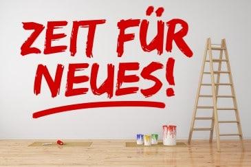 """""""Zeit für Neues"""" steht an Wand als Zeichen für Veränderung und Neustart"""