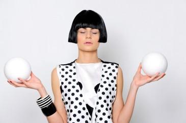 Frau, schwarz-weiß, Kugel, Kleidung, Punkte