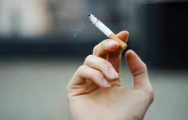 Rauchen am Arbeitsplatz: Kann es zum Lohnabzug führen?