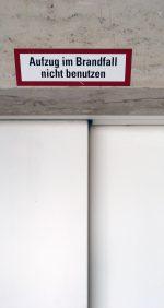 Schild Aufzug nicht benutzen