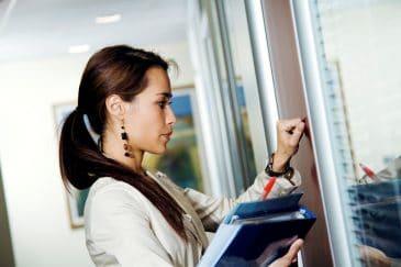 Bitte anklopfen? Was gehört sich, wenn die Bürotür zu ist?
