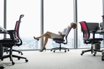 Junge Frau auf Bürostuhl
