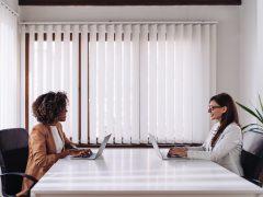 Frauen am Schreibtisch